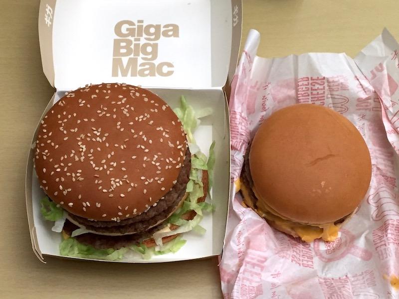 ギガビッグマック(左)とダブルチーズバーガー(右)大きさ比較 中身 その1