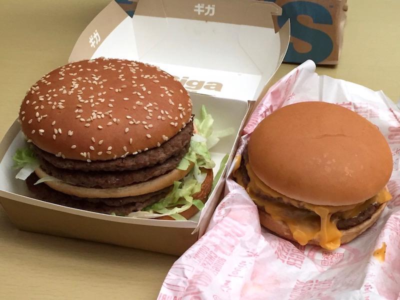 ギガビッグマック(左)とダブルチーズバーガー(右)大きさ比較 中身 その2